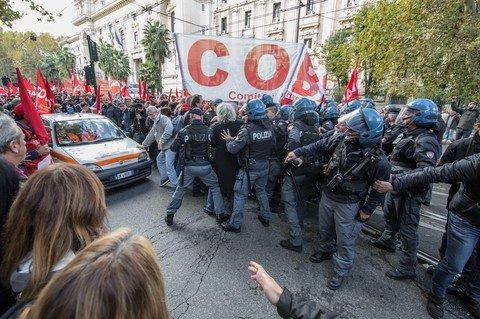 Ignobile aggressione poliziesca al MIUR contro docenti e ATA, picchiati a freddo manifestanti travolti da cariche teppistiche, due militanti COBAS feriti seriamente e ricoverati in osservazione, vari contusi